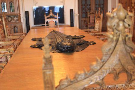 Kůže z krokodýla na jídelním stole. Kdo z vás to má?