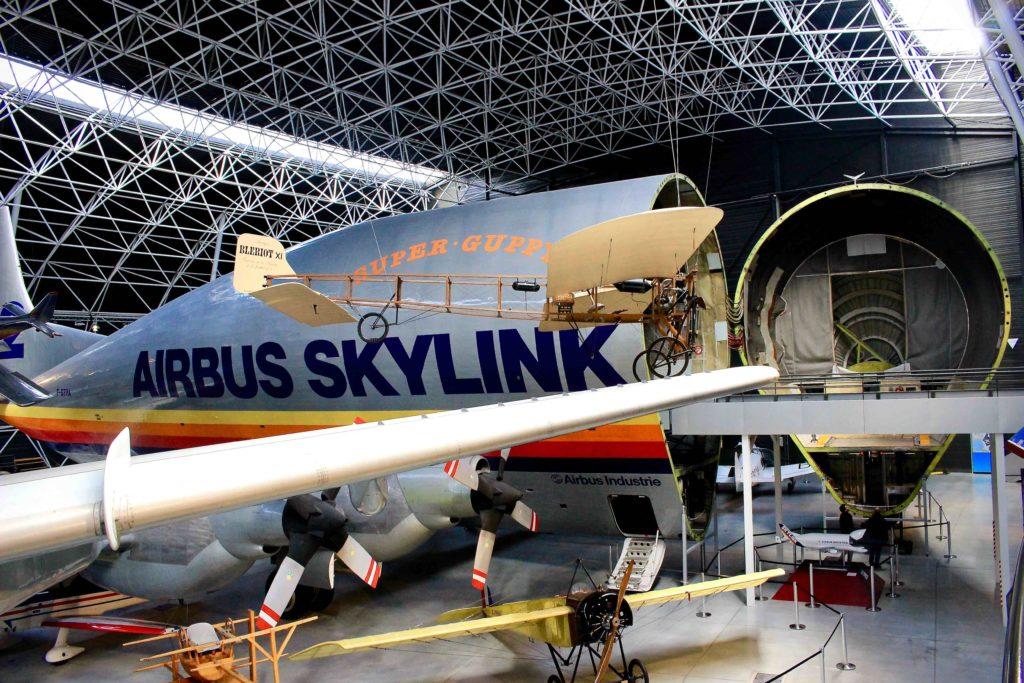 Replika letadla Blériot, které přeletělo La Manche a v pozadí Super Guppy